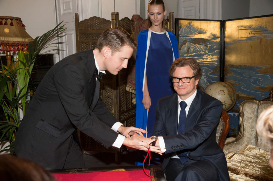 Close-up magician Christopher Howell performs for Colin Firth.